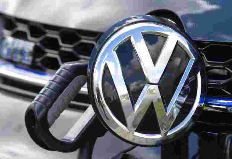 大众汽车在积极的EV扩张中徒步电池电池需求