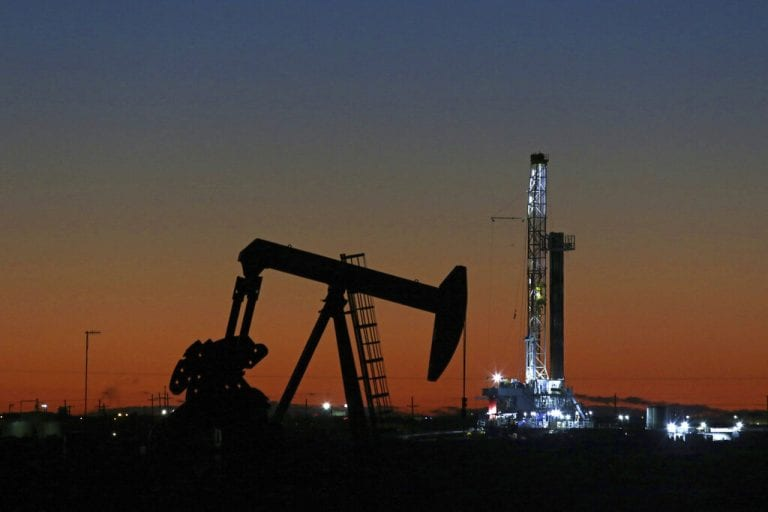 油价下跌,但随着贸易行的修辞简易而设定每周收益