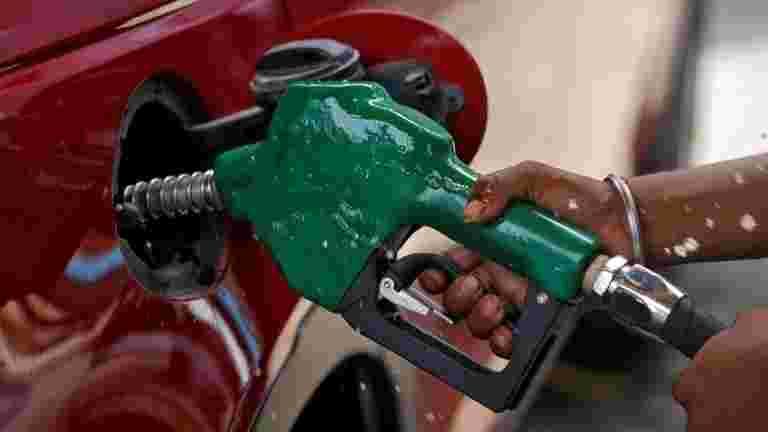 运输车要求政府滚回燃料价格徒步旅行,检查腐败