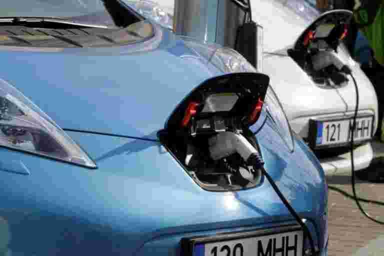 LocalCircles和CNBC-TV18民意调查:只有9%的印第安人想买电动车;更高的成本,充电Infra威慑