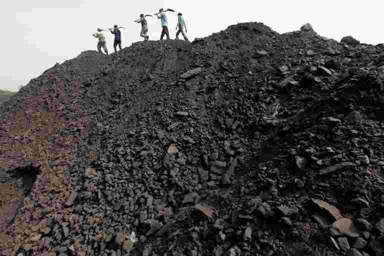 在大型煤炭印度洪水淹没了一个月的产量