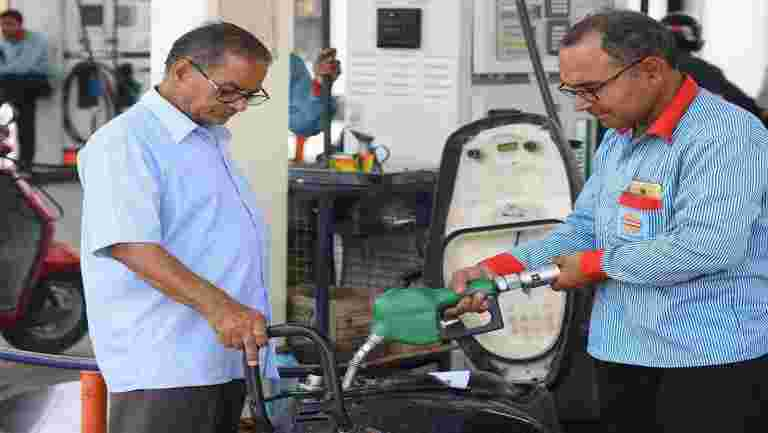 在汽油的消费税前徒步旅行,柴油的消费徒徒步旅行:HPCL.