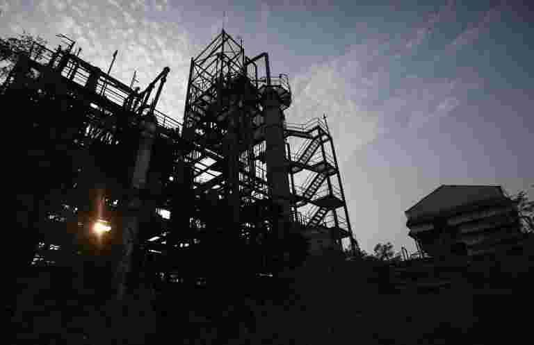 调查说,该国的制造业活动意外地加速了