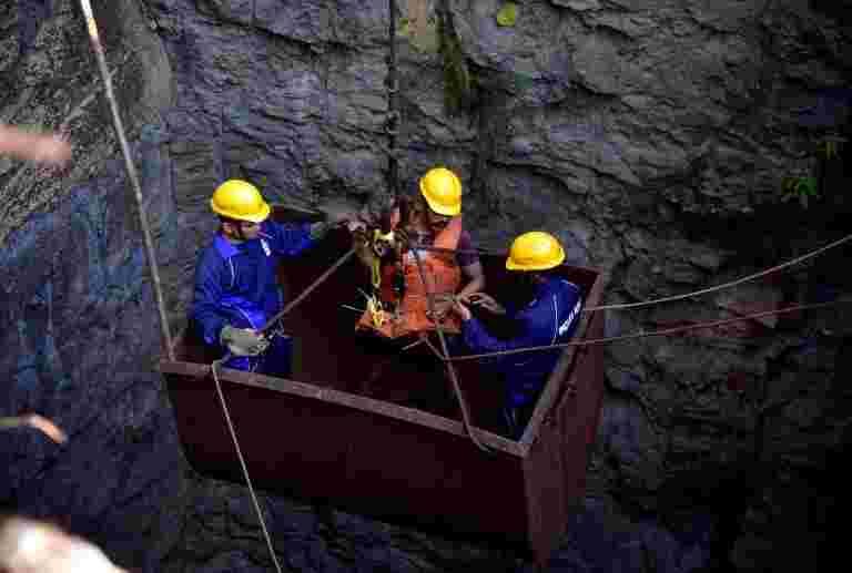 海军潜水员在Meghalaya矿区检测体