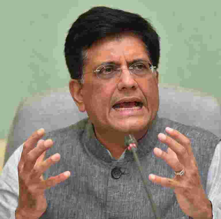 Piyush Goyal说,PM Narendra Modi在Delhi-Varanasi Route上举行的火车18岁