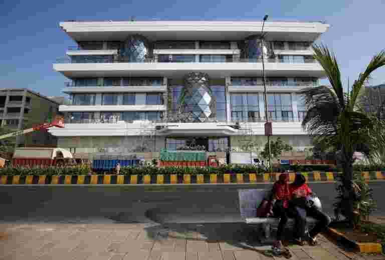 扫地海景,草坪和游泳池 -  Ambani-Piramal Residence Dazzles India